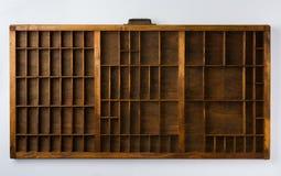 Cassetto antico del compositore con i divisori sulla cima bianca del fondo Immagine Stock Libera da Diritti