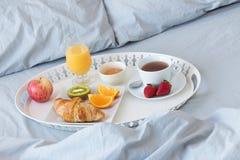 Cassetto con la prima colazione sana su un letto Fotografie Stock