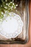 Cassetto dell'annata, tovagliolo bianco e fiori Fotografie Stock