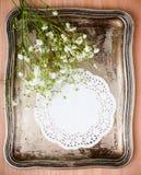 Cassetto dell'annata, tovagliolo bianco e fiori Fotografie Stock Libere da Diritti