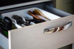 Cassetto della cucina aperto con un fondo vago fotografia stock