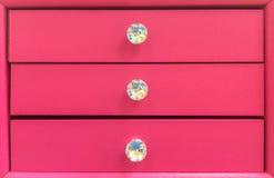 Cassetto di legno di rosa pastello con Diamond Knob per tenere gioielli immagine stock libera da diritti