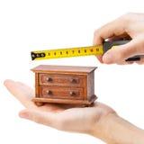 Cassettone di misurazione del falegname con una misura di nastro Fotografia Stock Libera da Diritti