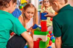 Cassez l'école des enfants jouant en cubes en enfants d'intérieur Photographie stock