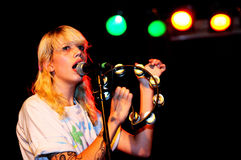 Cassie Ramone, de Vivian Girls (bande), exécute au clinquant de discothèque images libres de droits
