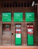 Cassiere automatico di BANCOMAT d'annata di stile fatto a macchina delle banche commerciali tailandesi di legno nella stazione di fotografie stock libere da diritti