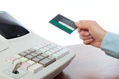Cassiere Holding Credit Card in registratore di cassa Immagine Stock Libera da Diritti