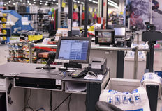 Cassiere in un supermercato Immagine Stock Libera da Diritti