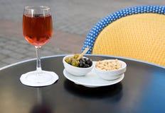 Cassis y nibbles franceses del kir del aperitivo imagen de archivo