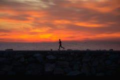 Cassual赛跑者在puerto banus木板走道在日出的 图库摄影