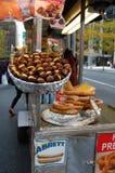 Castañas calientes en una calle de New York City Fotos de archivo libres de regalías