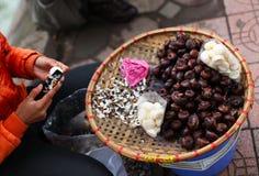 Castañas de agua que son peladas en el mercado en Asia Fotos de archivo libres de regalías