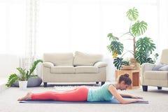 Castagna attraente che medita nella posizione della cobra Fotografia Stock