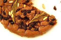 Castagnaccio delicioso com pinhões e passas Fotografia de Stock
