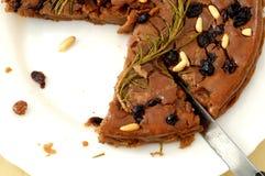 Castagnaccio, feito com farinha do chesnut, pinenuts, passas, rosema Fotos de Stock