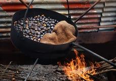 Castagne arrostite su fuoco di legno fotografia stock libera da diritti