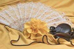 Castagnettes, rose de jaune et plan rapproché menteur de fan blanche Photographie stock libre de droits