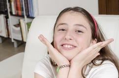 Castana adolescente della ragazza sta esaminando la macchina fotografica con il sorriso immagine stock libera da diritti