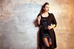 Castana alla moda e audace in nero, ritratto fotografie stock