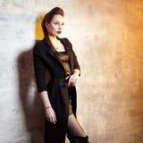 Castana alla moda e audace in nero, ritratto immagini stock libere da diritti