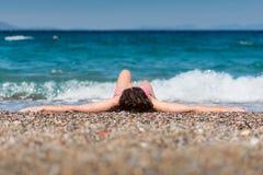 Castana attraente alla spiaggia Immagine Stock