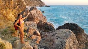 Castana attraente alla spiaggia fotografia stock