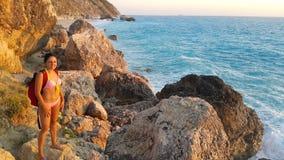 Castana attraente alla spiaggia fotografie stock libere da diritti