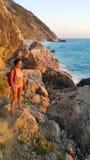 Castana attraente alla spiaggia immagine stock libera da diritti