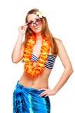 Castana con gli occhiali da sole che indossano una collana del fiore del collo per Fotografie Stock