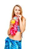 Castana con un vetro del cocktail ad un partito hawaiano in bikini Fotografie Stock Libere da Diritti