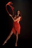 Castana nel rosso su una ginnasta scura del ballerino del fondo Fotografia Stock