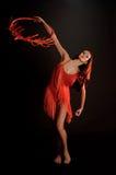 Castana nel rosso su una ginnasta scura del ballerino del fondo Immagine Stock Libera da Diritti