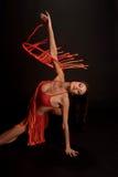 Castana nel rosso su una ginnasta scura del ballerino del fondo Fotografie Stock Libere da Diritti