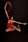 Castana nel rosso su una ginnasta scura del ballerino del fondo Fotografia Stock Libera da Diritti