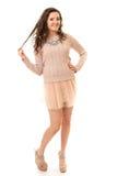 Castana riccio in Mini Skirt rosa Fotografia Stock