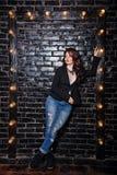 Castana in rivestimento e jeans immagine stock libera da diritti