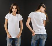 Castana sbalorditivo con la camicia bianca in bianco Fotografie Stock Libere da Diritti