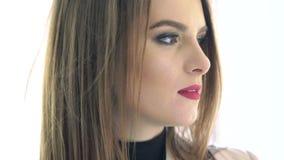 Castana seducente con le labbra rosse che si girano verso la macchina fotografica Movimento lento stock footage