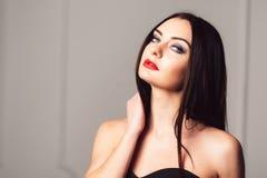 Castana sensuale con trucco luminoso ed audace Fotografia Stock