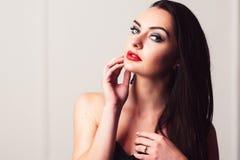 Castana sensuale con trucco luminoso ed audace Fotografia Stock Libera da Diritti