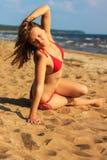 Castana sensuale su una spiaggia Fotografia Stock Libera da Diritti