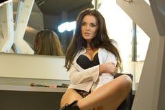 Castana sexy in biancheria nera e camicia bianca che si siedono sulla v Fotografia Stock Libera da Diritti