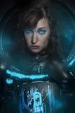 Castana sexy in costume nero del lattice, scena della fantascienza, fa Immagine Stock