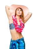 Castana snello in bikini, in cappello e nei leu del hawaiano su bianco Immagine Stock