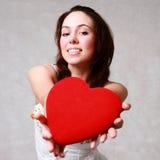 Castana sorridente caucasico attraente della donna isolato sulla st bianca fotografie stock