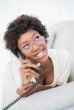 Castana splendido sorridente rispondendo al telefono Immagini Stock