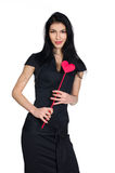Castana in vestito nero con cuore fatto di carta fotografia stock libera da diritti