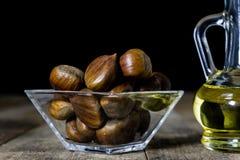 Castanhas comestíveis saborosos em uma mesa de cozinha de madeira Castanhas em t Foto de Stock Royalty Free