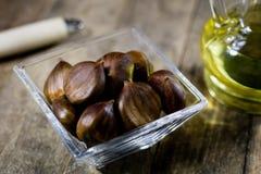 Castanhas comestíveis saborosos em uma mesa de cozinha de madeira Castanhas em t Imagens de Stock