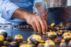 Castanhas Roasted em Istambul foto de stock